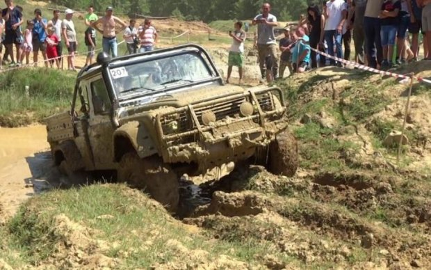 В Карпатах машина с людьми сорвалась с горы: есть пострадавшие