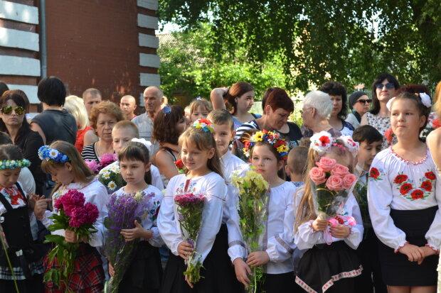 Жодних букетів: мелітопольські школярі відмовилися від квітів на 1 вересня