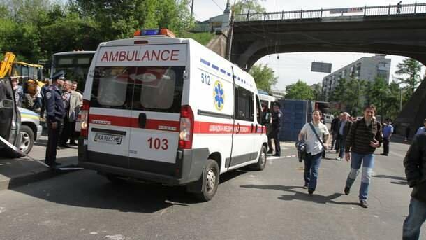 Люди не встигли навіть зойкнути: дві маршрутки під Києвом не поділили дорогу і знесли зупинку