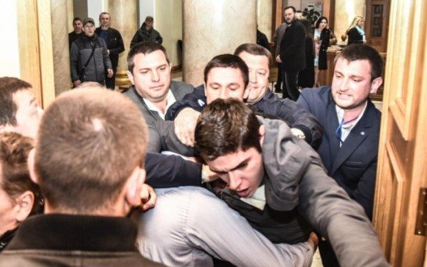 Драка активиста и охранников в Одесской мэрии попала на видео