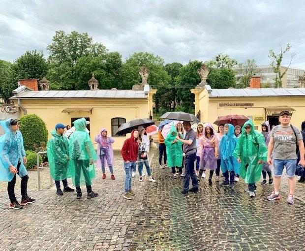 Безжальна стихія відвоювала в українців літо: крижані дощі не дадуть піднятися з ліжка
