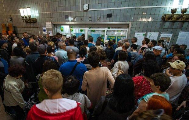 Киявляне подверглись атаке в метро: не выдержал и кидался на всех с ножом