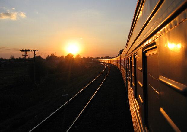 Захід сонця в дорозі. Фото з відкритих джерел
