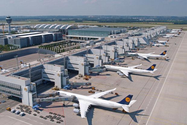 Автомобиль протаранил международный аэропорт: десятки рейсов отменены, сотни пассажиров оказались в ловушке