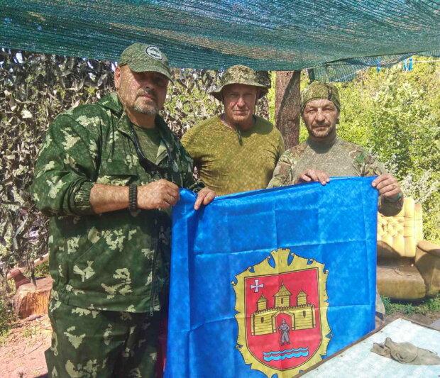 """Герої з Хмельницького встановили український прапор під носом у бойовиків і посміхнулися на камеру: """"Привіт, земляки"""""""