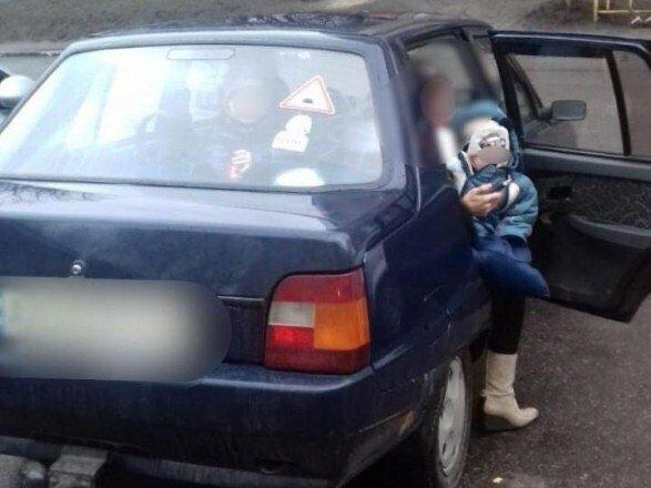 Під Києвом рідні батьки замкнули в машині двох однорічних дітей і пішли, малюків врятувало диво
