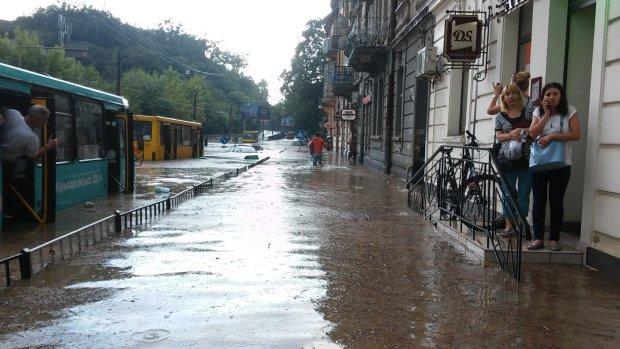 Беспощадная стихия отрезала Львовщину от цивилизации: украинцам показали масштабы трагедии