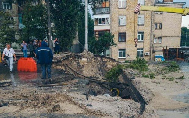 Обвал мосту, затоплені переходи і повалені дерева: епічні кадри кінця світу по-київськи