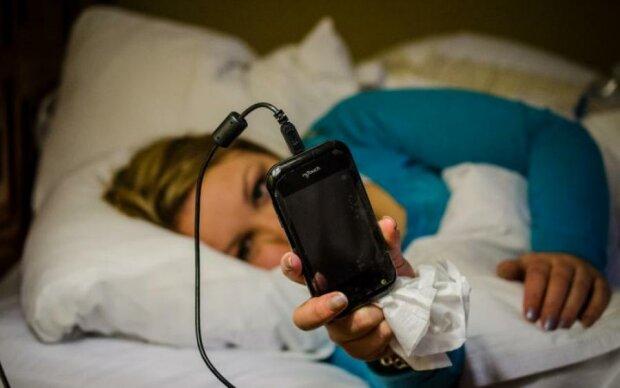 Вчені б'ють на сполох: телефонна зарядка небезпечна для здоров'я