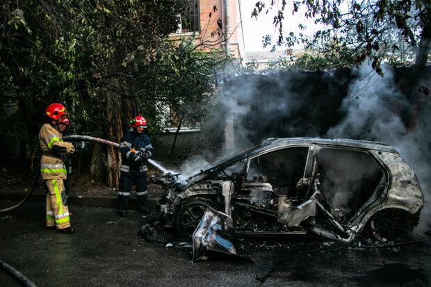 В элитном районе Киева электрокар после зарядки чуть не уничтожил жилой дом: фото