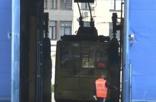 Дезинфекция общественного транспорта в Киеве, скриншот: 24канал