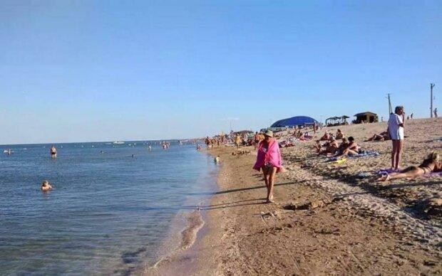 """Азовское море """"меняет цвет"""", в воду - ни ногой: туристы бегут, не оглядываясь"""
