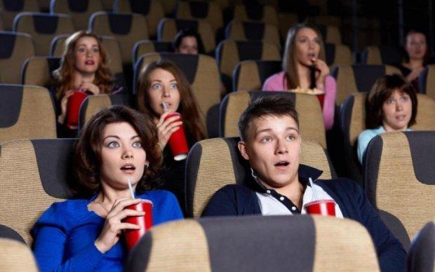 Переломы и не только: парень жестко поплатился за разговоры в кинозале