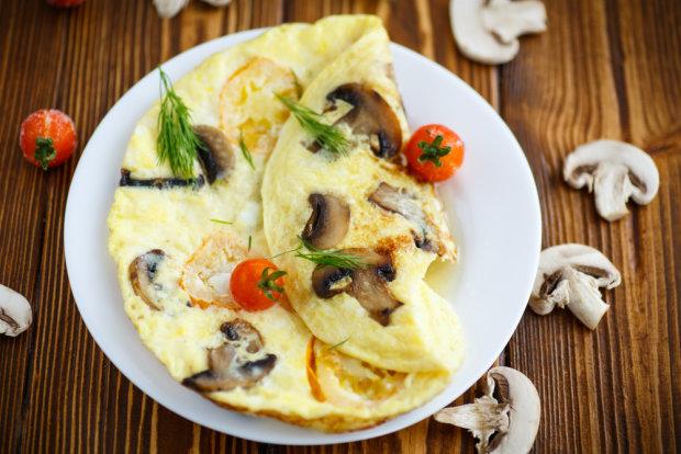 Смачний сніданок за 6 хвилин: омлет з сиром і грибами