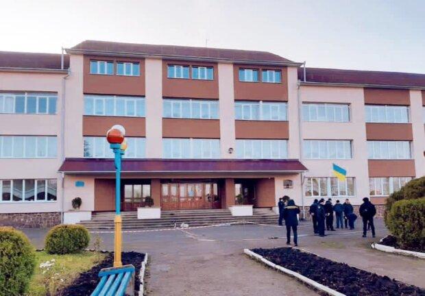 На Прикарпатті повідомили про мінування школи, фото: Facebook поліція Івано-Франківської області