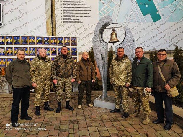 На Буковине почтили память легендарных киборгов: побратимы смотрели на могилы и видели там себя