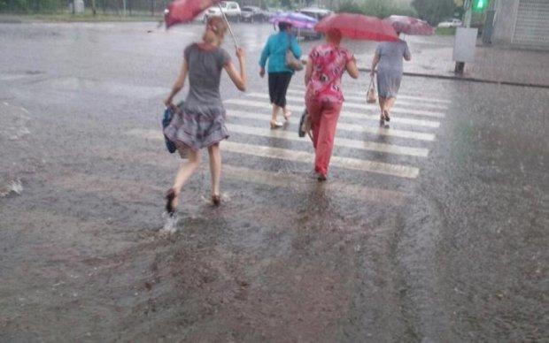 Мощный ливень смыл киевлян с улиц: фото
