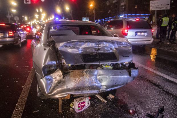 Жахлива ДТП у нічному Києві: з автомобілів купа брухту, винуватець просто втік