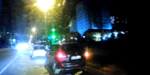Во Львове неуправляемый  Renault подмял пешехода, роковой момент попал на камеру