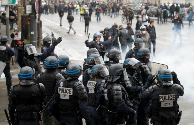"""У Парижі """"жовті жилети"""" знову вийшли на вулиці: столицю сколихнули заворушення, відео"""