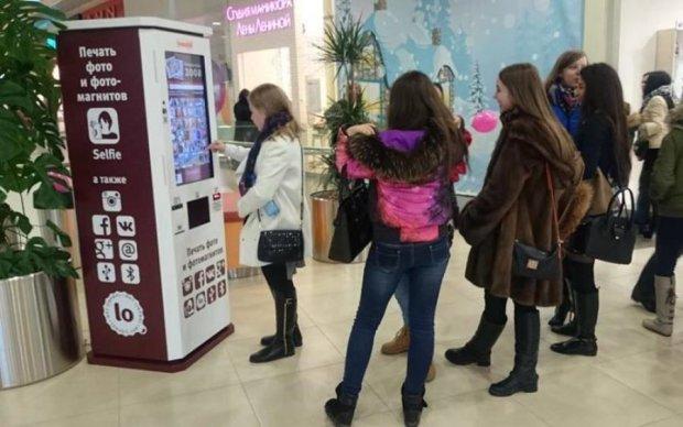 Автомат в київському ТЦ показує перехожим жорстке доросле кіно