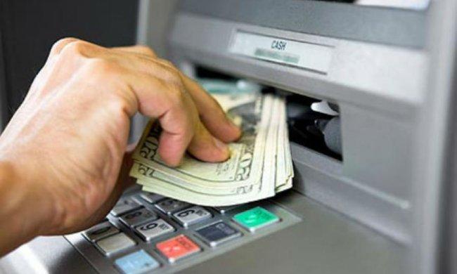 До кінця літа Нацбанк дозволить знімати валюту з карток
