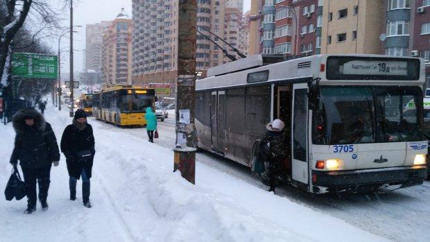 В Киеве на ходу вспыхнул троллейбус: зато согрелись