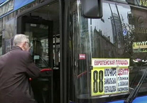 Автобус в Дніпрі, кадр з відео, зображення ілюстративне: YouTube