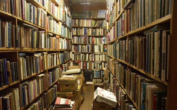 Киевляне спасали книги из заброшенной библиотеки