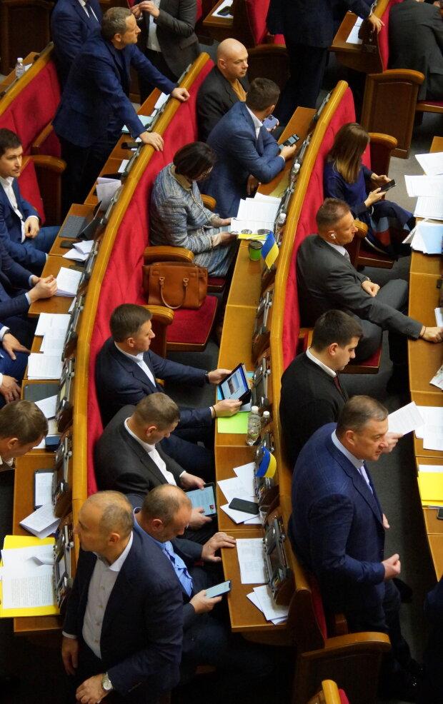 Верховна Рада, нардепи і планшети - фото Знай.ua