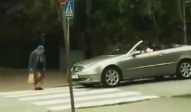 Старушка, задремавшая на переходе, стала звездой YouTube (видео)