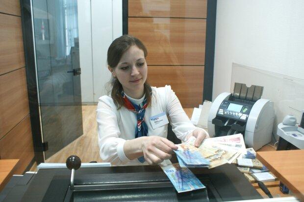 Українці не зможуть обміняти долари у банках: що коїться з валютою