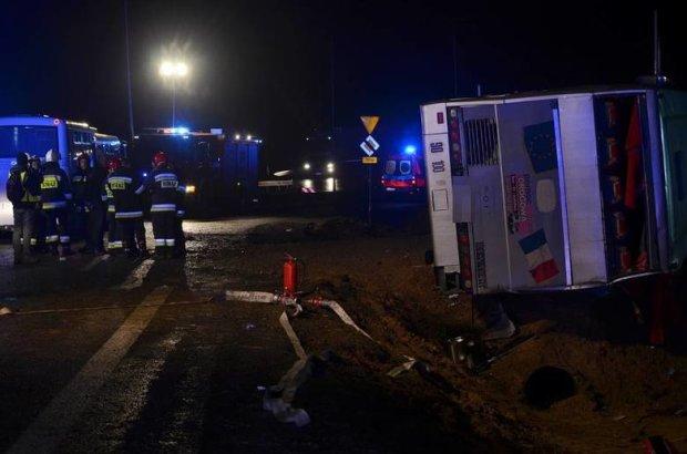 Переповнений автобус вилетів у кювет: десятки постраждалих, є загиблі