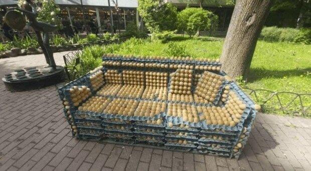 Киянам вигадали смішну лавочку: замість дерева лотки з яйцями