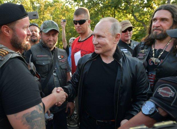 """Путин посадил двух мужчин на своего """"железного коня"""": """"Очень приятно..."""""""