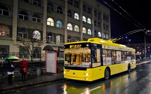 Поножовщина у тролейбусі поставила на вуха весь Київ: фото з місця події