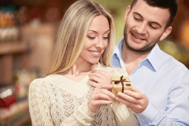 Мужчина заказал украшение с драгоценностями в подарок жене и сорвал джекпот. Узнайте, как выглядит самый счастливый человек на Земле