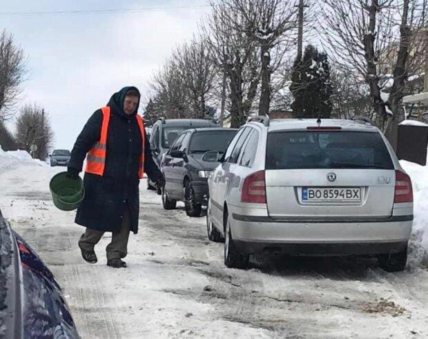 Тернополянку отправили вместо техники спасать дороги от снега: вот тебе ведро...