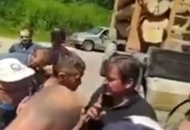 """Украинцы поймали """"черных лесорубов"""", скриншот: YouTube"""