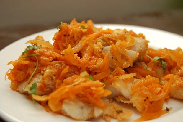 Спробуйте, і ви точно не пошкодуєте: рецепт тушкованої риби в томатному соусі