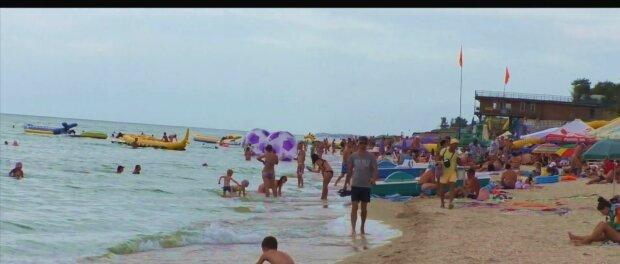 """Кирилівку захопили медузи, туристи знімають купальники: """"Пекло, а не відпочинок"""""""