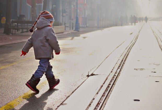 Не уследили: под Киевом двухлетняя малышка исчезла со двора, - копы сбились с ног
