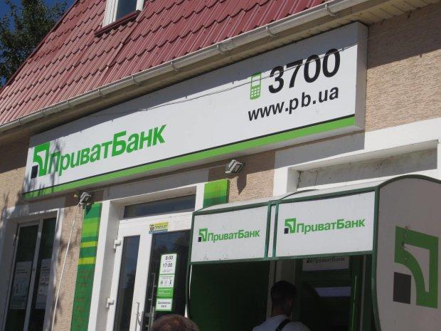 """Клієнтів Приват24 атакують шахраї, банк розводить руками: """"звертайтеся до поліції"""""""