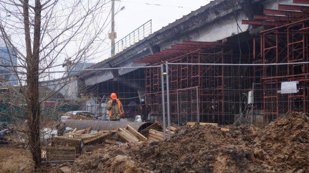 """Багатостраждальний Шулявський міст відправили на """"лікування"""": пішоходам показали безпечну схему обходу"""