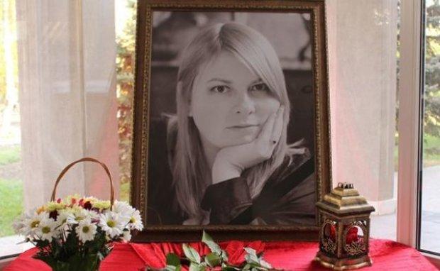 Тисячі людей, море квітів та сльози: українці прощаються із Катериною Гандзюк