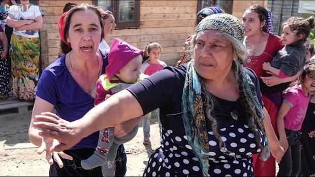 Мужчина жестко наказал цыганку за воровство: на крики сбежалась целая толпа