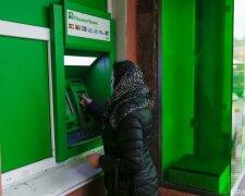 снятие наличных в банкомате, фото: nv.ua