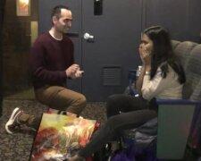 Лу Лочлер робить пропозицію коханій, скрін з відео