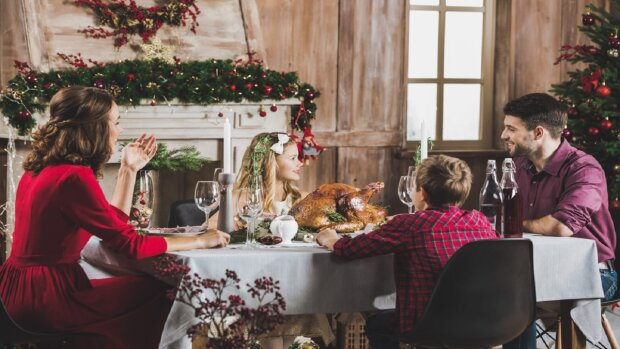 Сім'я за столом, фото