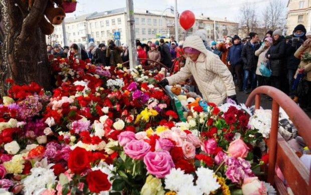 Іграшки в руках і сльози в очах: в Росії прощаються з жертвами кемеровської трагедії